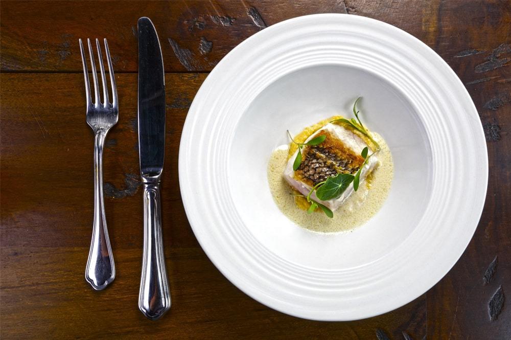 Việc được phục vụ khẩu phần nhỏ, nhưng nhiều món trong một bữa ăn sẽ thôi thúc thực khách tò mò, chờ đợi món ăn tiếp theo được bày lên là gì. Sự mong đợi đó, đuọc nhiều người đánh giá là một phần thú vị của bữa ăn. Ảnh: Chefs Vision