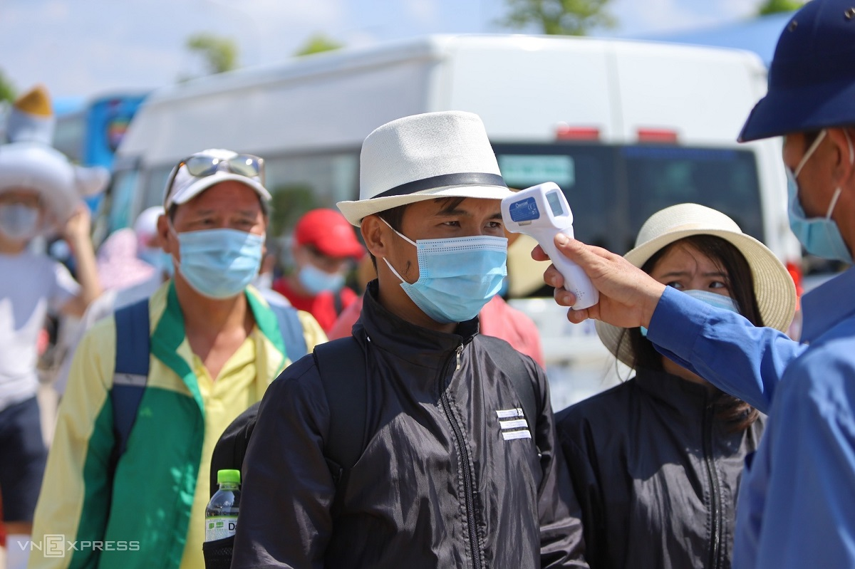 Năm 2019, Việt Nam đón 85 triệu lượt khách nội địa và 18 triệu lượt khách quốc tế. Khi thị trường quốc tế chưa thể nhanh chóng trở lại, du lịch nội địa vẫn được xem là bình oxy cho các doanh nghiệp. Ảnh du khách đo thân nhiệt ở bến tàu ra vịnh Nha Trang dịp nghỉ lễ 30/4.