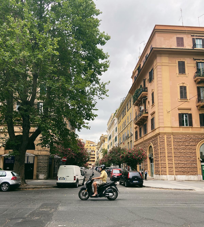 Quang cảnh Italy khá giống Việt Nam khi có thêm những chiếc xe máy. Ảnh: Hoàng Phương Thảo