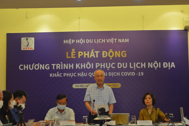Phó chủ tịch Hiệp hội Du lịch Việt Nam Vũ Thế Bình phát biểu khai mạc tại đầu cầu Hà Nội.