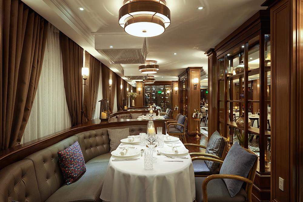 Đại tiệc thịnh soạn theo thực đơn được đầu bếp sao Michelin thế giới tư vấn, đào tạo là điểm nhấn trong trải nghiệm du lịch trên vịnh Lan Hạ cùng du thuyền 5 sao Paradise Grand.