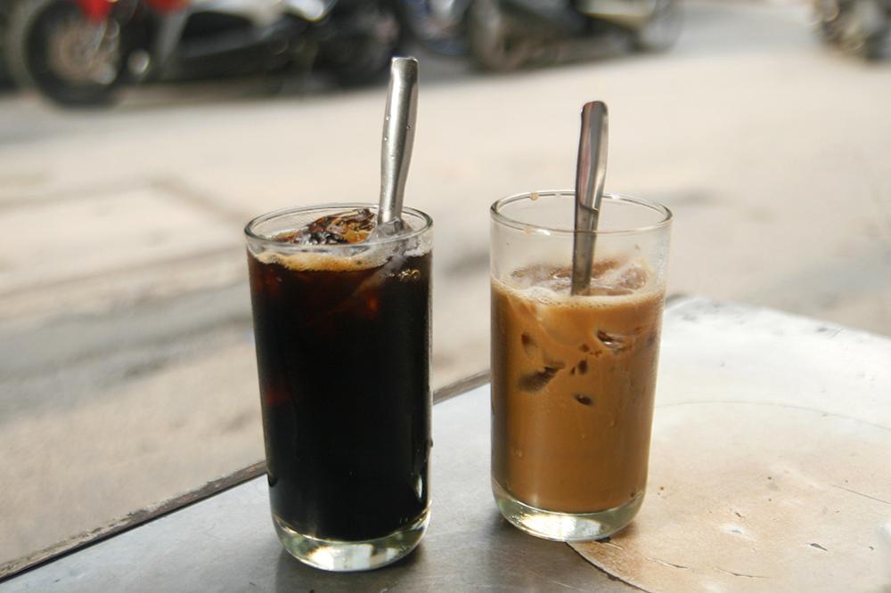 Thưởng thức cà phê sáng, ngắm dòng xe qua lại là một trong những điều người Sài Gòn nhớ trong những ngày giãn cách. Ảnh: Di Vỹ