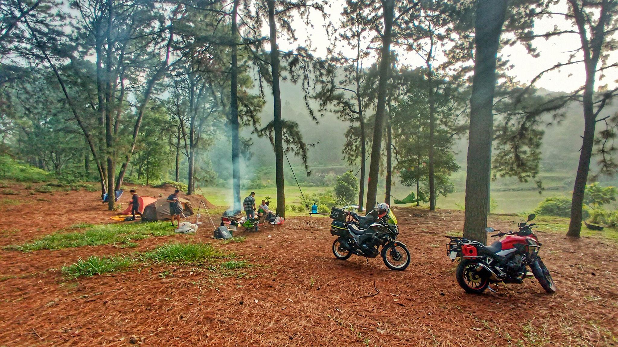 Ở khu vực hồ Hàm Lợn có cơ sở cho thuê lều trại, bếp nướng và bán củi khô. Ảnh: Mai Sơn