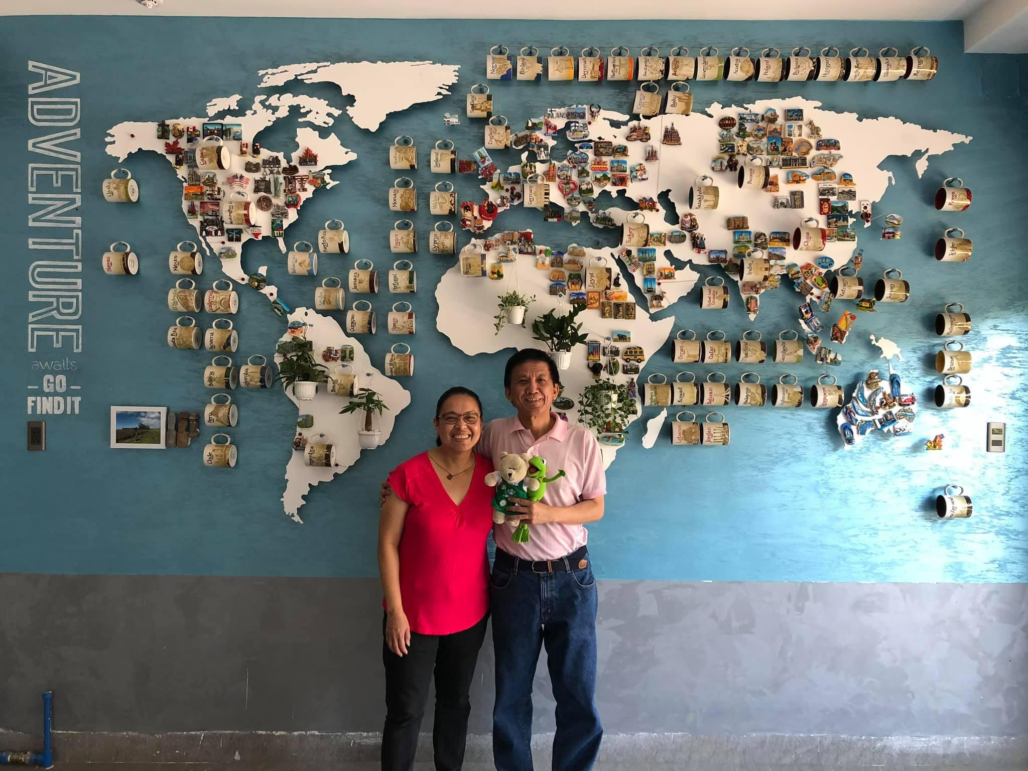 Hai du khách người Mỹ, gốc Philippines đến thăm nơi anh Chương trưng bày những chiếc cốc lưu niệm của mình ở Vũng Tàu. Ảnh: NVCC