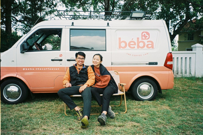 Vợ chồng Khánh và Vân bên chiếc xe cà phê lưu động.