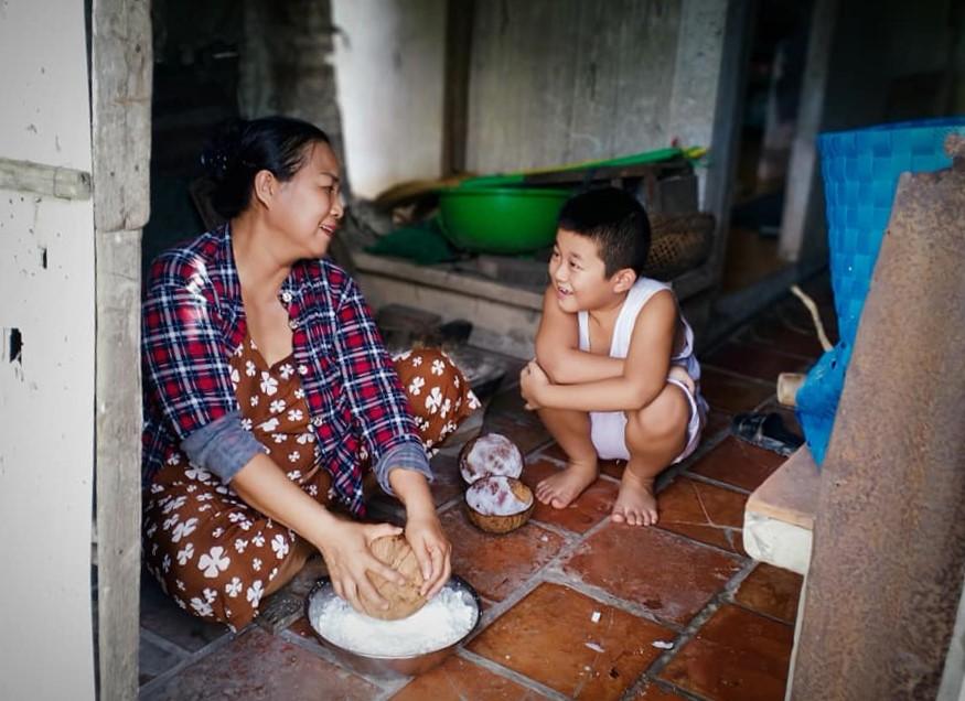 Công đoạn nạo dừa làm nước cốt nấu chè bánh canh. Ảnh: Lê Hữu Tường