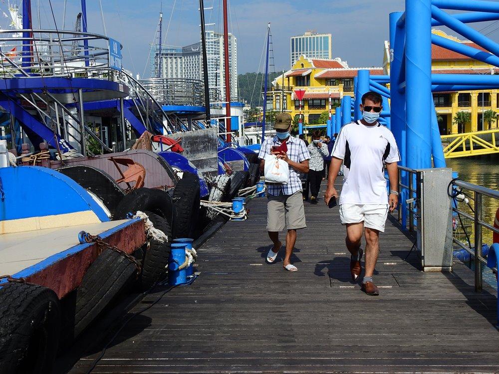 Khách du lịch nội địa đến Cảng tàu khách quốc tế Hạ Long để lên tàu tham quan vịnh Hạ Long sáng 3/10. Ảnh: Minh Cương