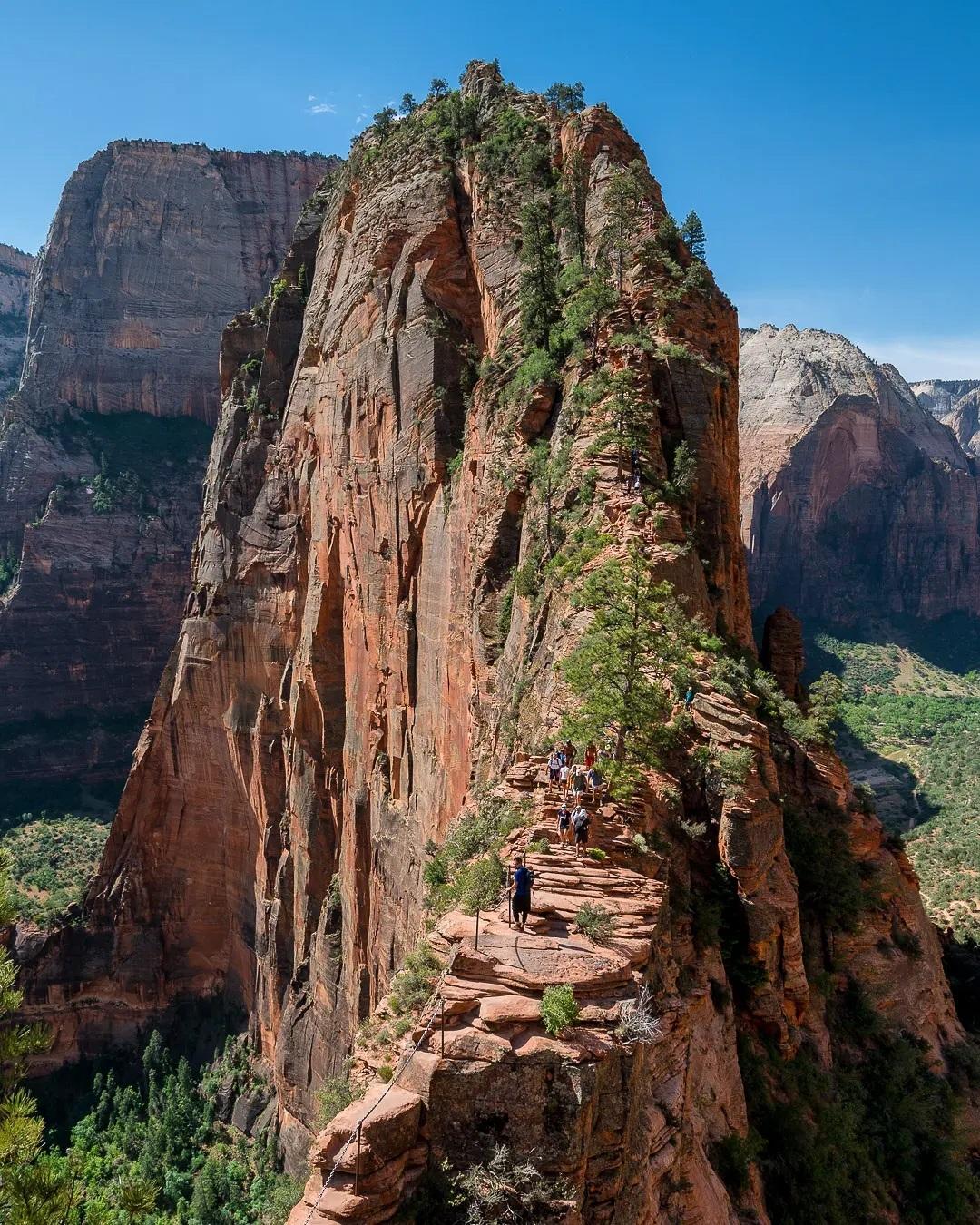 Angels Landing nhìn từ trên cao. Phần thưởng của người leo tới đỉnh núi là được ngắm cảnh tại nơi được mệnh danh là một trong những điểm ngắm cảnh đẹp nhất Mỹ. Ảnh: @exploremorenature/Instagram