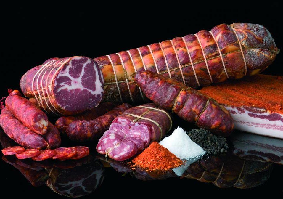 Salami là một loại xúc xích dạng khối được làm từ thịt động vật lên men và sấy khô, có thể làm từ một loại thịt hoặc nhiều loại trộn lẫn vào nhau. Ảnh: Italian Food Excellence