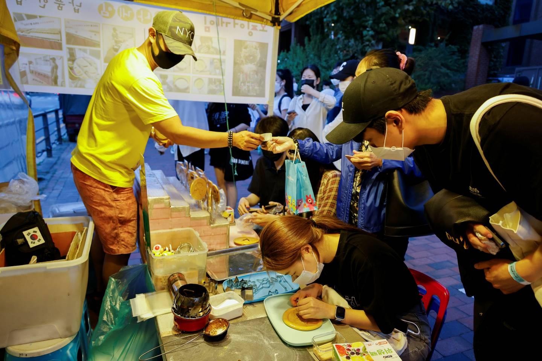 Quán kẹo đường ở vỉa hè Seoul nổi lên sau phim Squid Game. Ảnh: Reuters