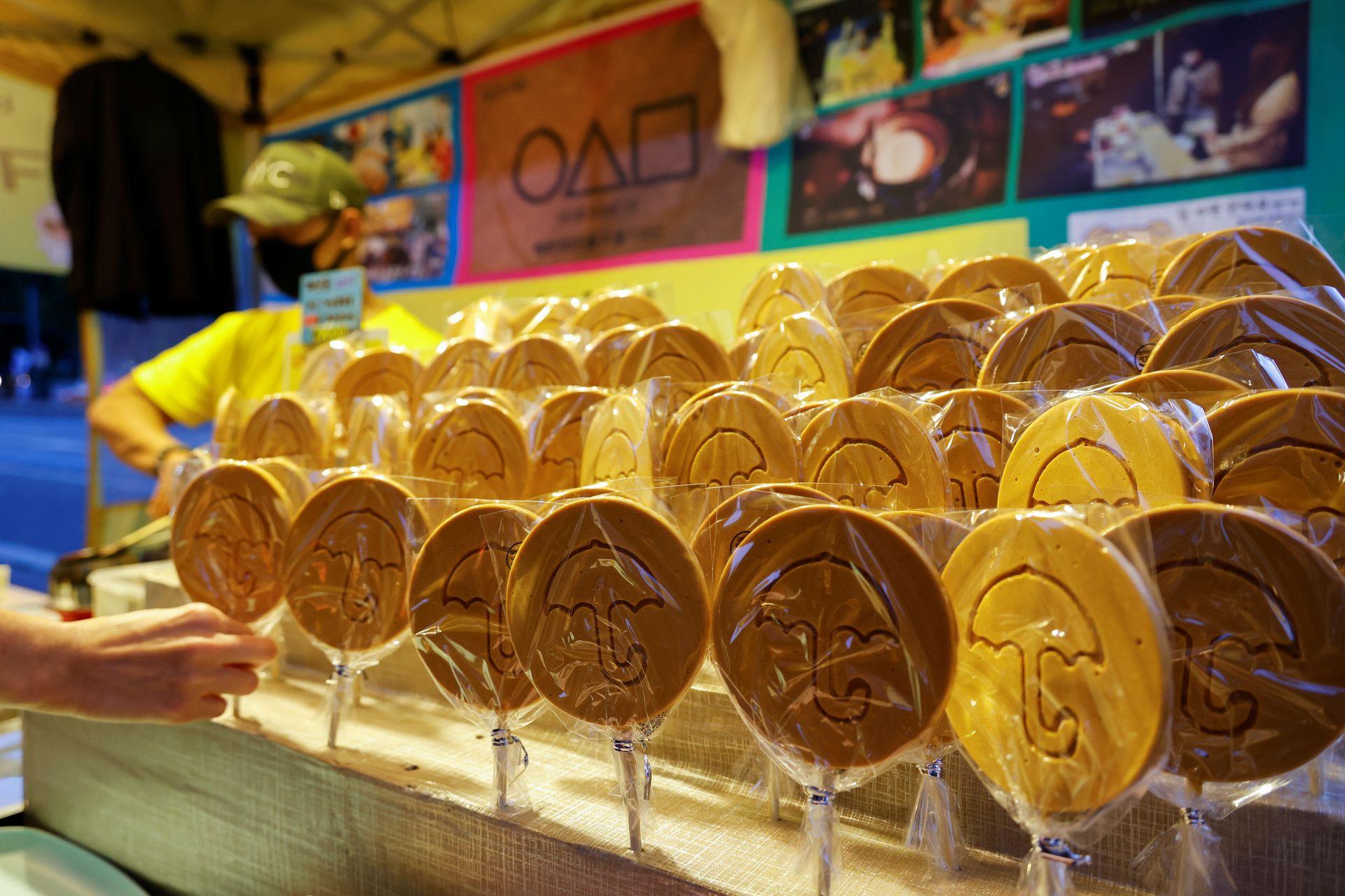 Quầy kẹo đường của An Yong-hui. Ảnh: Reuters