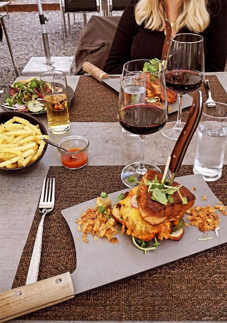 Món ăn sẽ hoàn hảo hơn nếu nhà hàng không mang quá nhiều dao lên bàn ăn.