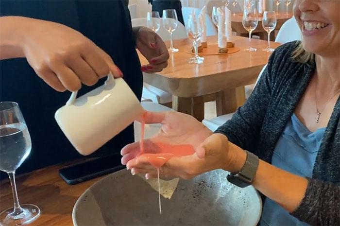 Tại một nhà hàng ở Miami, Mỹ, nữ thực khách này đã được phục vụ món chocolate màu hoa hồng này bằng cách đổ thẳng vào tay. Nhiều người cho biết, họ đã cạn lời khi nhìn thấy cách phục vụ này.