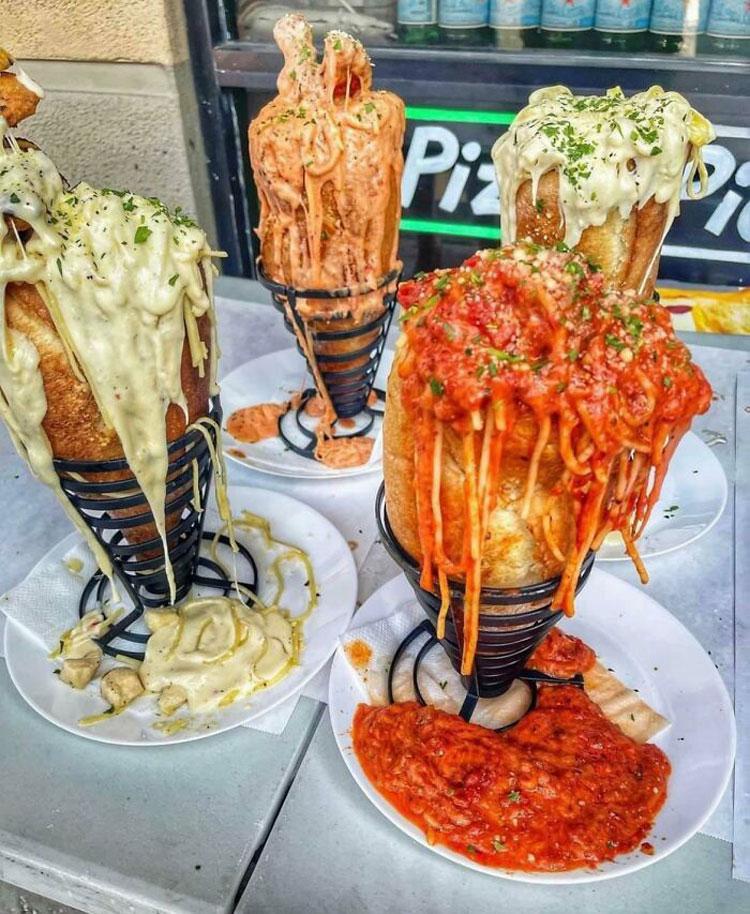 Trên ảnh là một bữa ăn nhà hàng phục vụ món mỳ Ý, bánh mì kèm nước sốt. Nhưng tất cả mọi người đều nói rằng, nó giống với đồ ăn thừa và nhìn có cảm giác ghê hơn là ngon miệng.