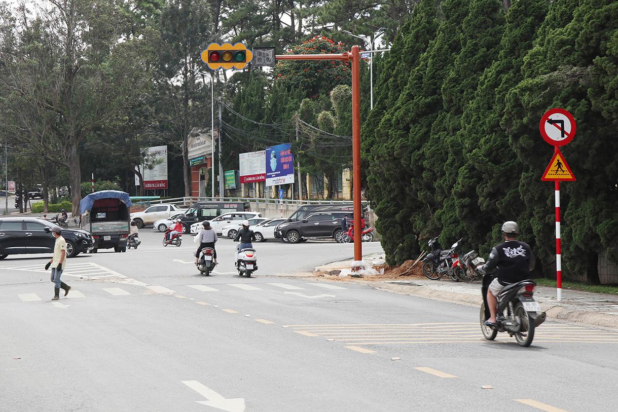 Đèn giao thông đầu tiên được lắp đặt trong thành phố ngày 5/10. Ảnh: Khánh Hương