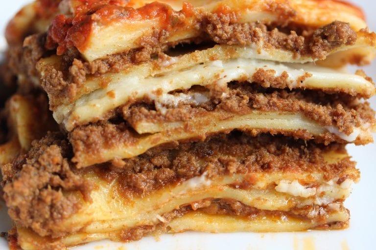 Lasagna (hoặc Lasagne)Đây là một loại mì to bản, phẳng và rất rộng. Người ta thường chế biến chúng dưới dạng xếp lớp chồng lên nhau, xen giữa là phô mai (thường là mozzarella hoặc parmigiano hoặc cả hai), nước sốt, thịt hoặc rau quả. Tại Italy, Lasagna có nhiều biến thể. Ảnh: Ilcorvopasta