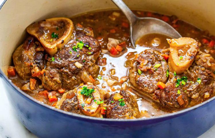 OssobucoĐây là món chân bê hầm (hay còn biết đến với tên gọi Chân giò hầm Italy) được ninh nhừ trong lửa nhỏ khoảng 3 tiếng, cho đến khi thịt mềm tan trong nước dùng với rau và rượu vang trắng. Theo truyền thống, người dân thường ăn kèm với một gremolata (hỗn hợp vỏ chanh, rau mùi tây, húng quế...). Ảnh: Simply Recipes