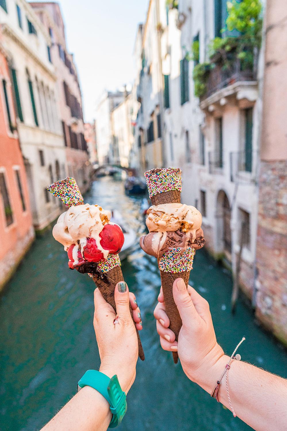 GaletoTrong tiếng Italy, gelato có nghĩa là kem, song nhờ sự phổ biến và đặc trưng về hương vị khiến nó được giữ nguyên tên gelato khi xuất hiện tại các quốc gia khác nhau. Khi nhìn bằng mắt thường, gelato trông sẽ dẻo và đặc quánh hơn kem bình thường. Một món gelato chuẩn vị phải được xúc bằng một chiếc xuổng, thay vì cái xúc kem thông thường. Khi ăn, món kem gelato tan trong miệng nhanh chóng, không xốp như như kem. Điều khiến gelato được nhiều người yêu thích là chúng rất đậm vị. Ảnh: I Heart Italy