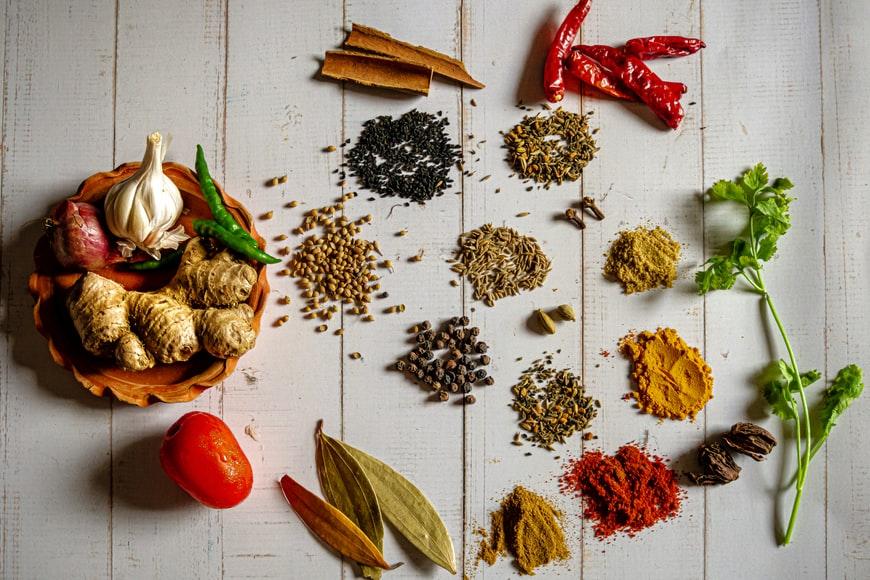 Các loại gia vị có thể dùng để làm cà ri Ấn Độ. Ảnh: Unsplash