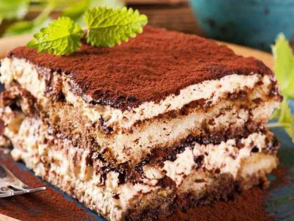 TiramisuSẽ thật thiếu sót nếu chúng ta bỏ qua món tráng miệng nổi tiếng này. Tiramisu truyền thống gồm các nguyên liệu như bánh quy Savoiardi, lòng đỏ trứng gà, đường, cà phê, phô mai mascarpone và bột cacao. Món bánh thường ăn lạnh, có dạng hình tròn hoặc vuông, được cắt nhỏ. Ảnh: Femina