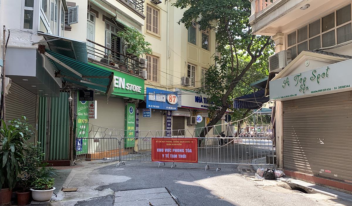 Khu vực phố Phủ Doãn đang phong toả y tế do nằm gần ổ dịch bệnh viện Việt Đức. Ảnh: Trung Nghĩa