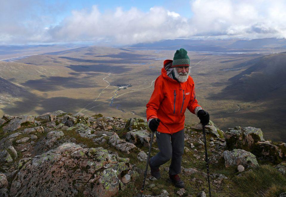Ông Nick Gardner trên đường leo đỉnh Buachaille Etive Mor hồi cuối tháng 9/2021. Ảnh: Reuters