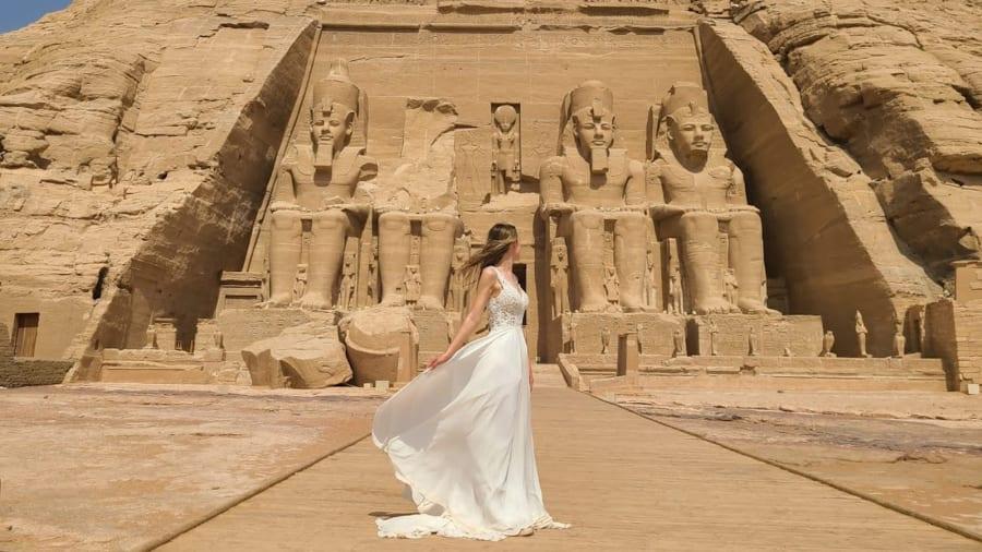 Sam mặc váy cưới chụp ảnh ở Abu Simbel, Ai Cập trong chuyến du lịch mùa hè năm nay. Ảnh: Samantha Matthew