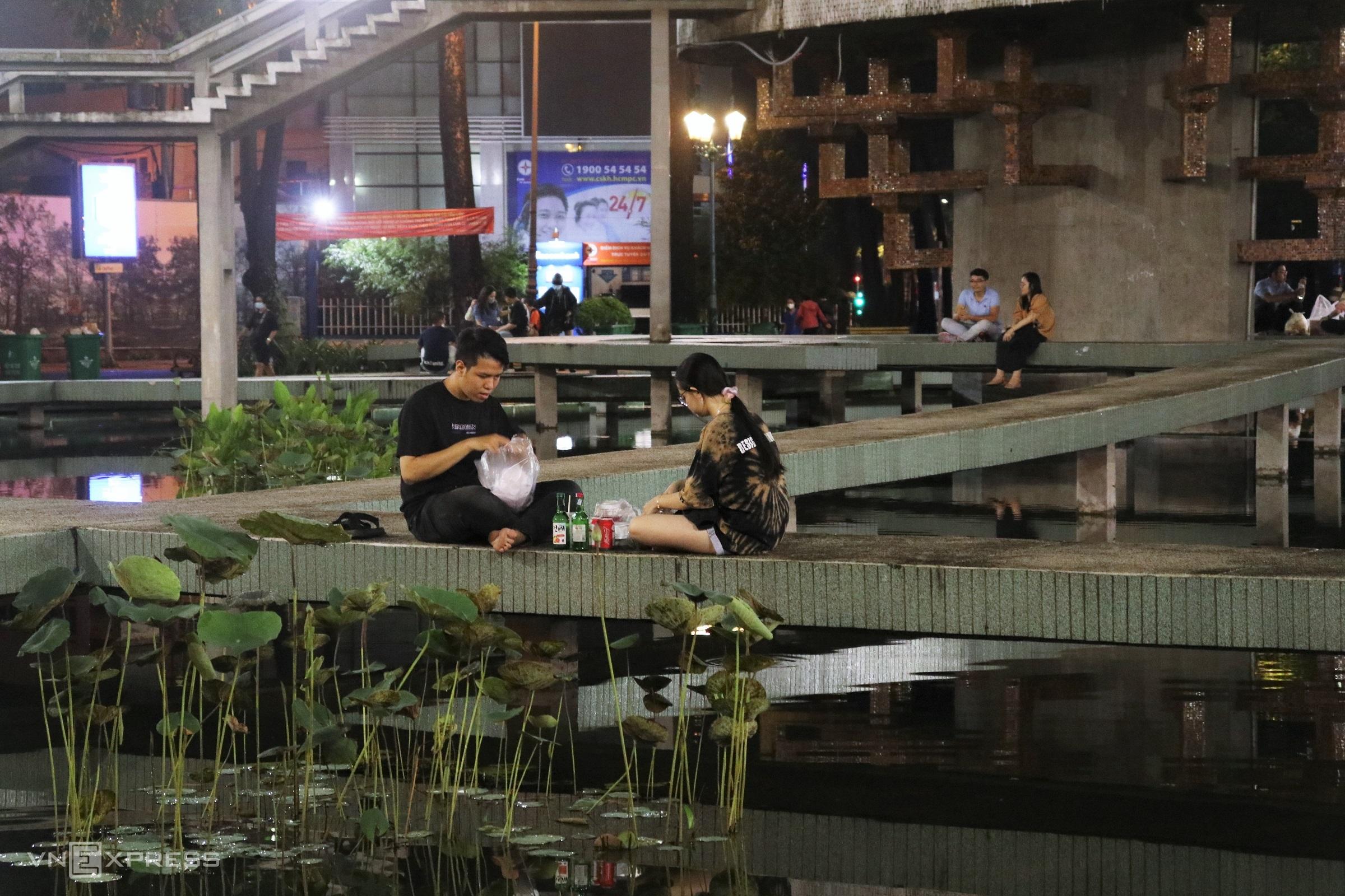 Nhiều ngày liên tục Sài Gòn có mưa lớn, mực nước hồ Con Rùa dâng cao, sạch hơn thường ngày. Ảnh: Huỳnh Nhi