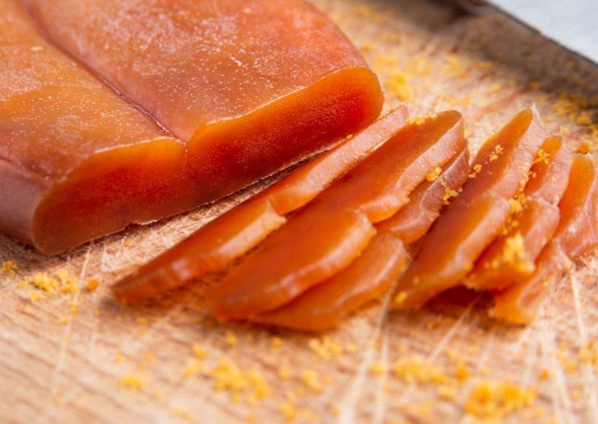 BottargaĐây là món trứng cá đối ướp muối mặn, và là một khối trứng cá lớn nếu bạn mua nguyên trong túi và có tên gọi khác, sang chảnh hơn là trứng cá muối caviar của vùng Sicily. Vào tháng 8 hoặc 9, người dân miền nam đất ước lấy trứng cá đối ướp muối và phơi khô trong 6 tháng. Thành quả chúng ta có được là những khối trứng rắn có màu hổ phách hoặc cam, cắt lát khi ăn hoặc xay nhỏ để rắc lên mì ống. Trong lịch sử, đây là món ăn dành cho người nghèo, vì chúng có thể bảo quản được lâu. Nhưng giờ đây, nó được coi là một trong những loại thực phẩm sang trọng, được nhiều người yêu thích chỉ sau mỗi nấm cục truffles. Ảnh: Serious eats