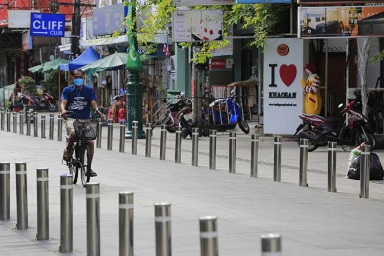 Đường Khaosan vốn là một địa điểm thu hút khách du lịch bậc nhất tại Thái Lan, giờ đây vắng bóng người. Ảnh: Pornprom Satrabhaya/Bangkok Post