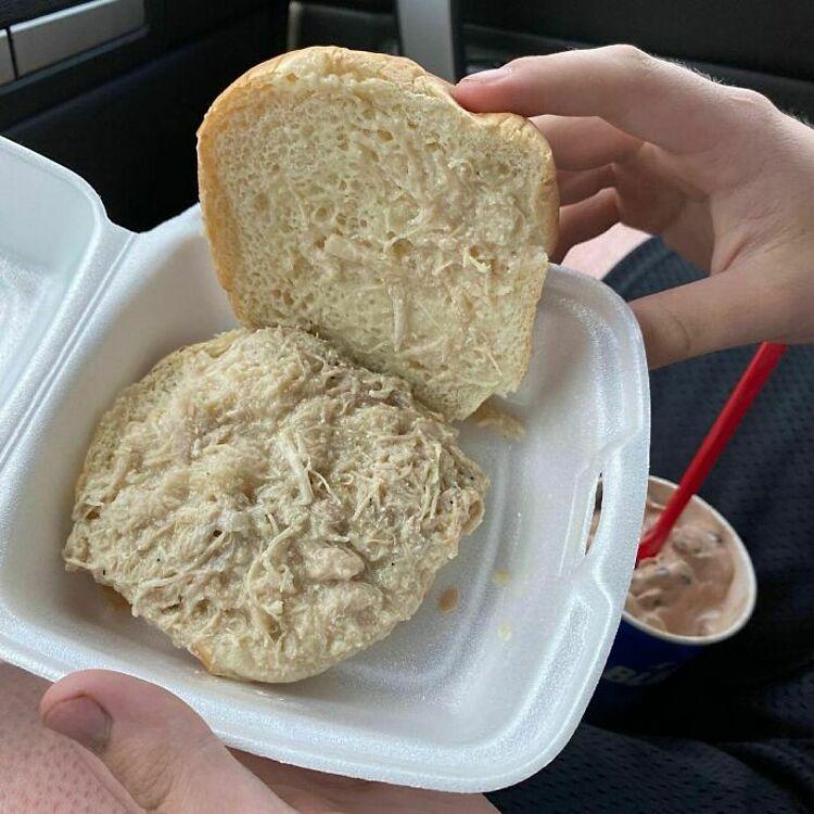 Khi một thực khách đăng món ăn có tên gọi sandwwich gà của mình lên mạng, nhiều người đã vào an ủi: Ít nhất, món ăn này đã được làm chín. Ảnh: Instagram/food blog