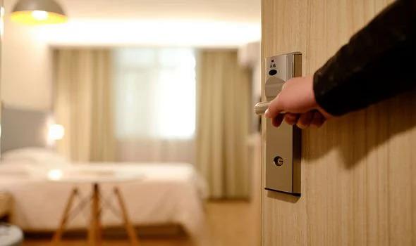 Dù khách sạn được dọn dẹp, lau chùi sạch sẽ đến mấy cũng vẫn là một không gian kín. Vì vậy, với Miguel, việc có thể mở cửa sổ phòng để thông thoáng khí rất quan trọng. Ảnh: Unsplash