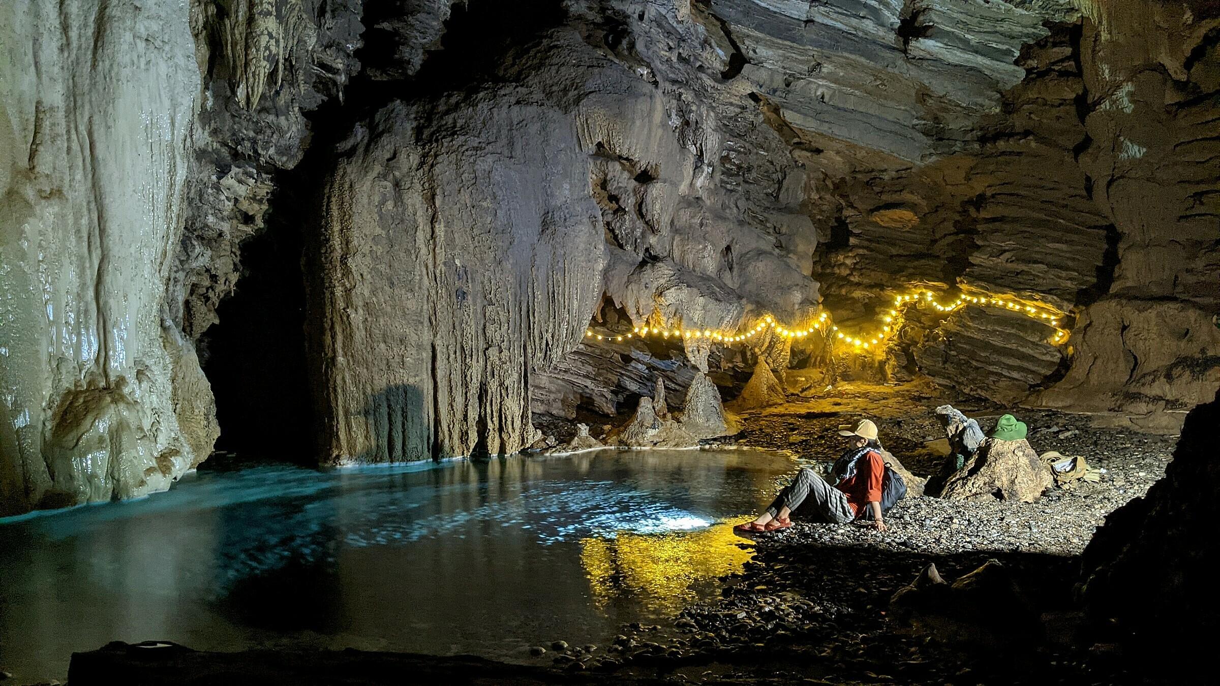 Bên trong hang Thủng có nhiều vũng nước lớn, bao quanh là các khối nhũ đá khổng lồ.