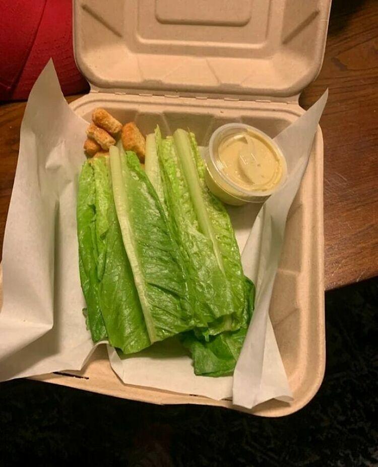 Tôi đã mua món salad này với giá 15 USD tại một nhà hàng địa phương, một du khách chia sẻ. Nhiều người cho biết ngoài câu tội nghiệp bạn, họ không biết nói gì hơn trong trường hợp này. Ảnh: Instagram/food blog