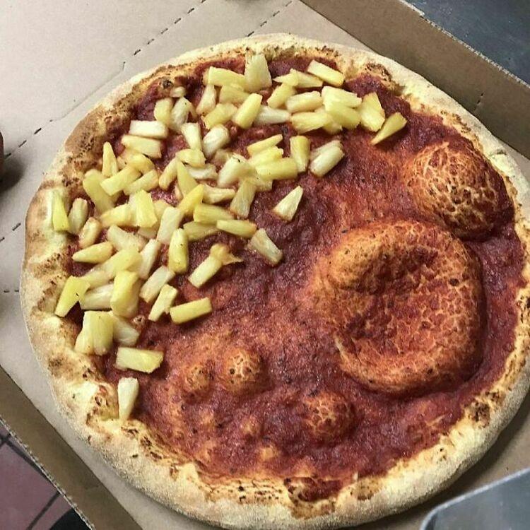 Bạn sẽ thích chiếc pizza dứa này chứ? Còn tôi thì không, một người bình luận về bữa ăn họ từng được phục vụ. Ảnh: Instagram/food blog