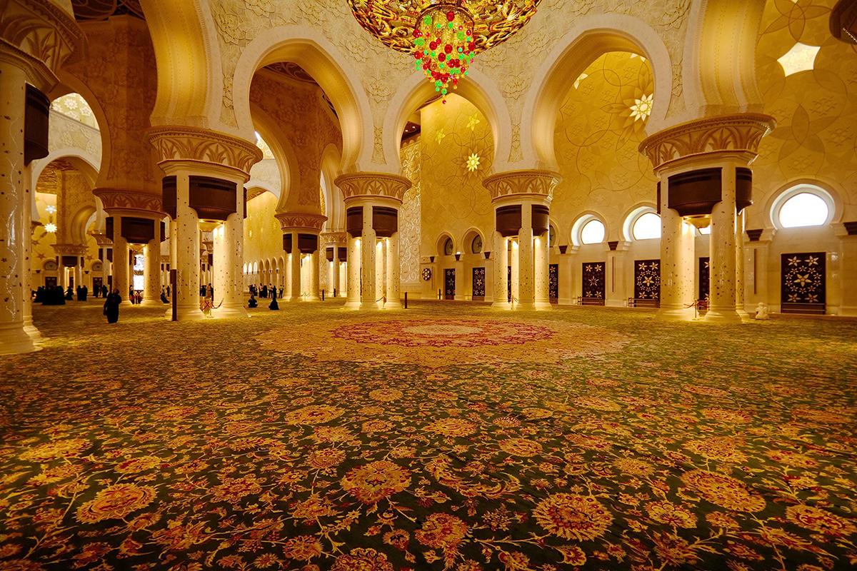 Tấm thảm khổng lồ tại Nhà thờ Hồi giáo Lớn Sulta Qaboos. Ảnh: Catalina Rug