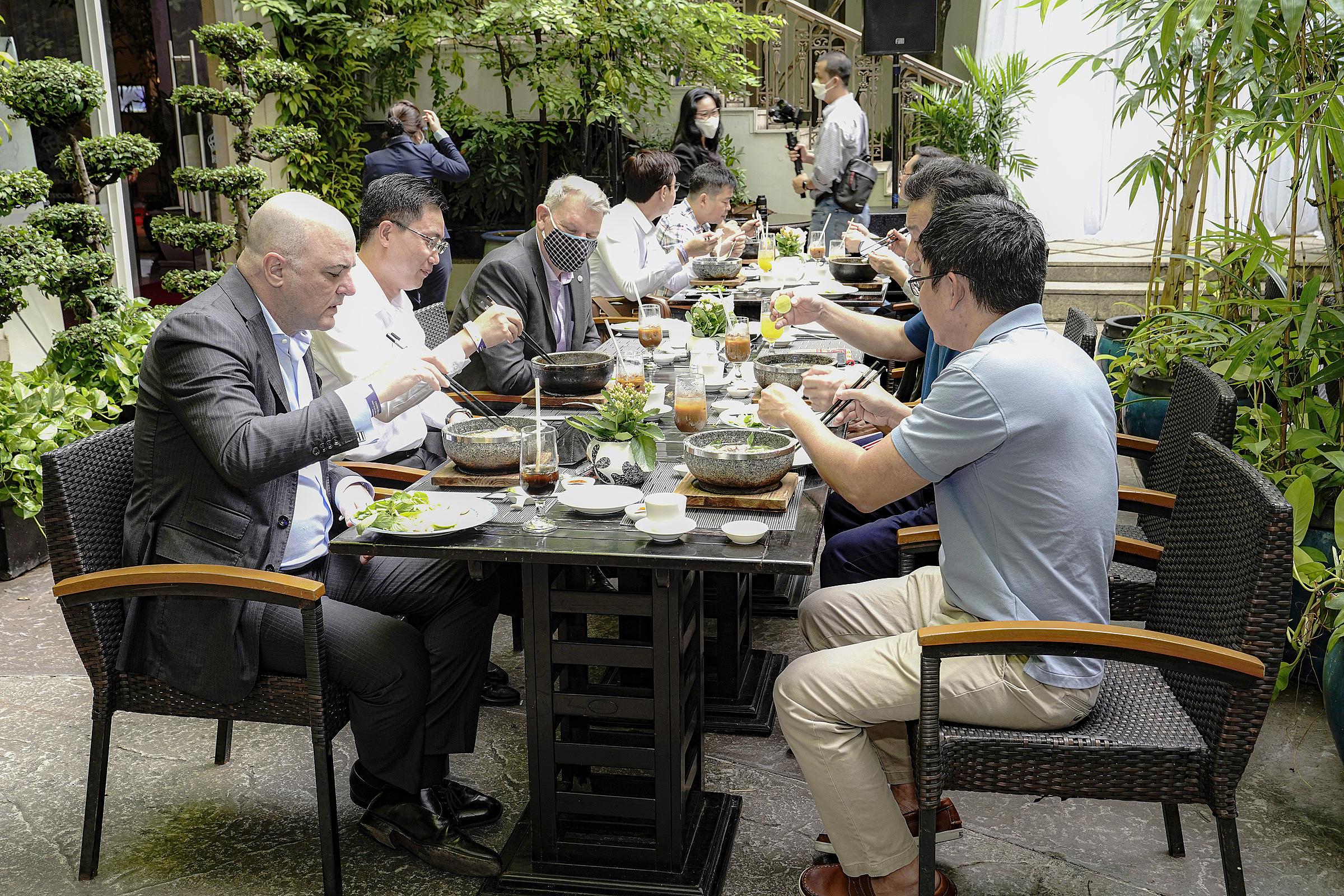 Nhiều y, bác sĩ tuyến đầu chống dịch thưởng thức phở tại khách sạn Rex Sài Gòn, sáng 13/10.