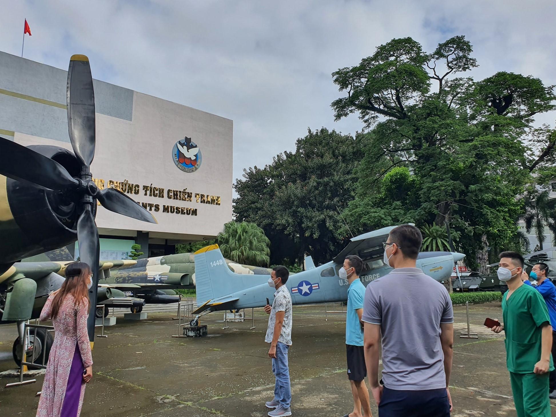 Đoàn y bác sĩ tuyến đầu tham quan Bảo tàng Chứng tích chiến tranh ngày 12/10. Ảnh: Facebook Bảo tàng Chứng tích Chiến tranh - War Remnants Museum