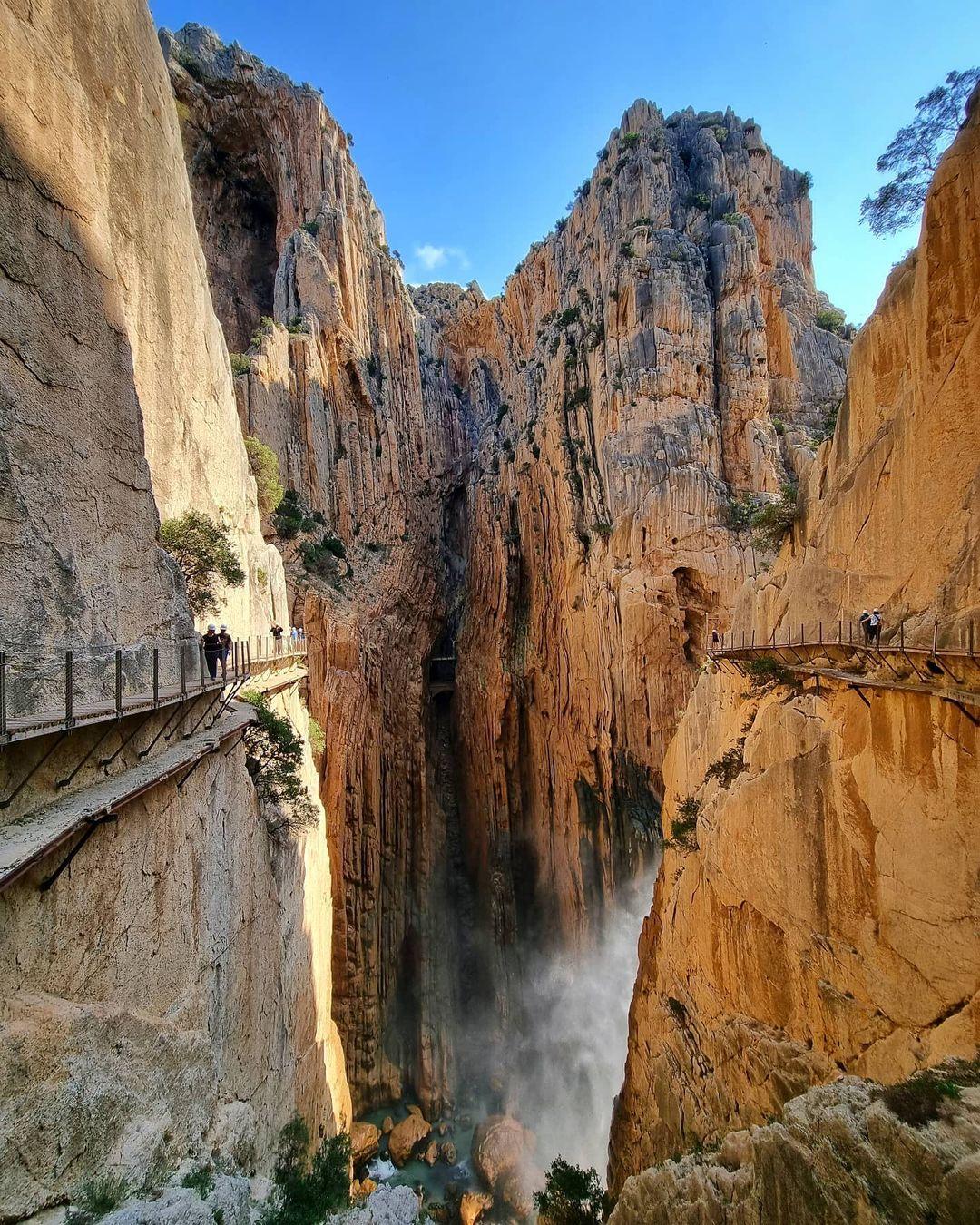 Hẻm núi sâu khiến nhiều người thót tim khi đi qua El Caminito del Rey. Ảnh: angeles.cuenca.lpa/ Instagram