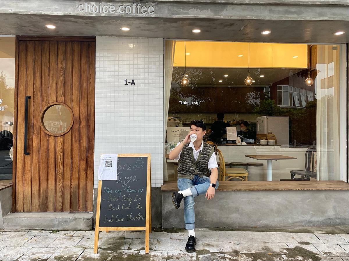 Nguyễn Duy Phong quyết định đi ăn sáng, uống cà phê ngay từ hôm đầu hàng quán mở cửa. Ảnh: Nguyễn Duy Phong